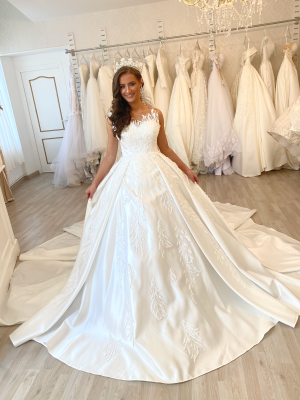 TULLE SATIN ROBE PRINCESSE BLANCHE ROBE DE MARIEE ROBE LONGUE MANCHES ROBE SIRENE ROBE ROYAL ROBE BOUFFANTE ROBE LONGUE MANCHE PERLE STRASS ROBE ECRUE ROBE IVOIRE ROBE LIBANAISE robe blanche de mariée pour femme est composée de dentelle tissus en satin ou tulle, c'est une robe princesse, avec de longue manche , couleur ivoire ou blanche